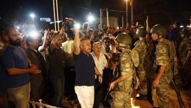 Ciudadanos turcos discuten con militares en Estambul.