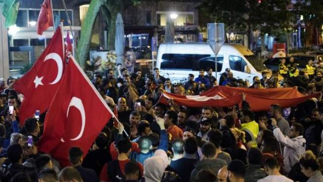 Protestas contra el intento de golpe en Turquía en el Consulado de Turquía, en Rotterdam.