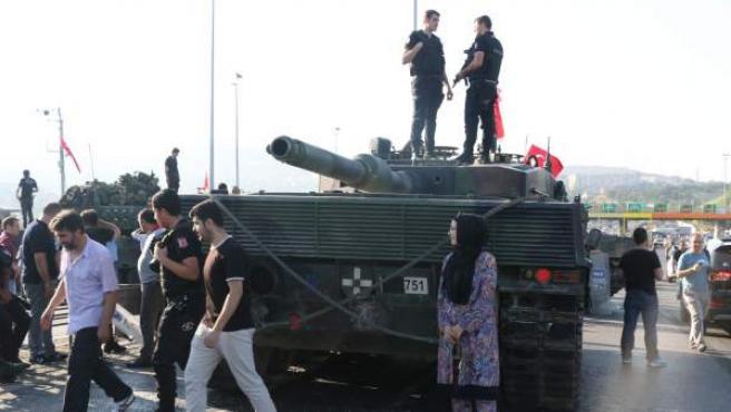 La Policía y los partidarios del presidente de Turquía, se reúnen alrededor de un tanque militar en el puente del Bósforo después de un intento fallido golpe de Estado en Estambul.