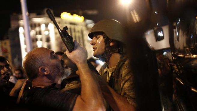 Incidentes con militares en la plaza Taksim de Estabul durante el intento de golpe de Estado contra el gobierno de Erdogan.