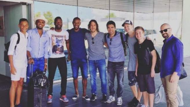 Varios exjugadores del Barcelona posan en una foto antes de emprender rumbo a Turquía para disputar un partido amistoso organizado por Samuel Eto'o horas antes del intento de golpe de Estado en el país.