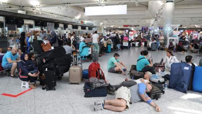 Decenas de pasajeros esperan en el aeropuerto de Estambul después de que sus vuelos fueran cancelados.