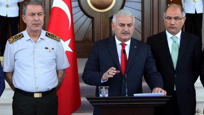 El primer ministro turco, Binali Yildirim en la rueda de prensa que ha ofrecido tras el intento golpista militar.
