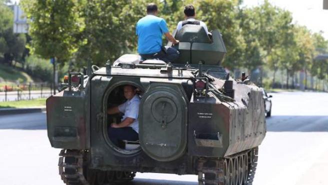 Policías turcos conducen un tanque militar a Estambul.