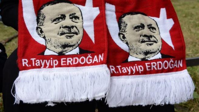 Imagen de Recep Tayyip Erdogan en una bufanda exhibida por una mujer en apoyo del presidente de Turquía frente a la embajada del país en Berlín.