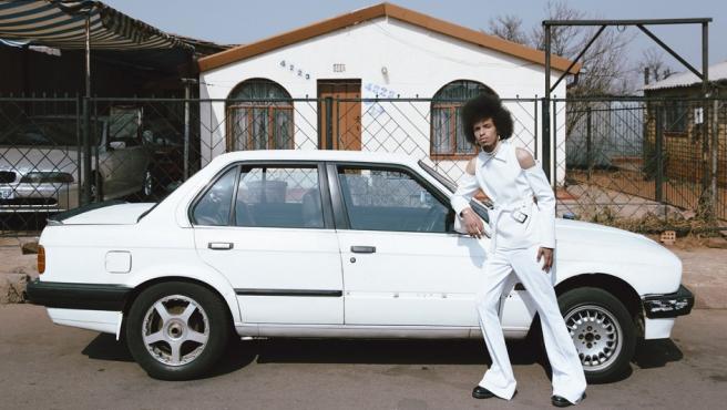 La sudafricana Kristin-Lee Moolman retrata a un joven negro ante su coche