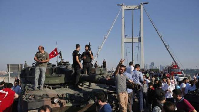 Policías y civiles turcos se suben a un tanque para proclamar el fracaso del golpe de estado militar en Turquía.