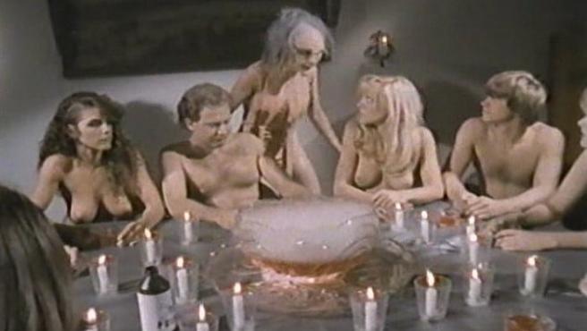 'La colonia nudista de los muertos': Una comedia zombi-nudista-musical