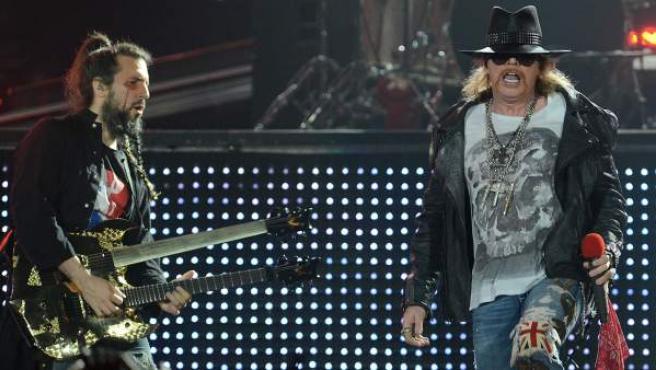 El guitarrista Ron 'Bumblefoot' Thal y el cantante Axl Rose durante un concierto en Londres en 2012.
