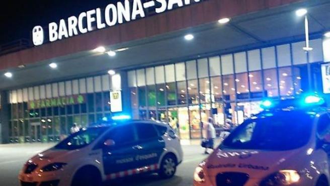 Momento en que los Mossos han evacuado la estación de Sants en Barcelona.