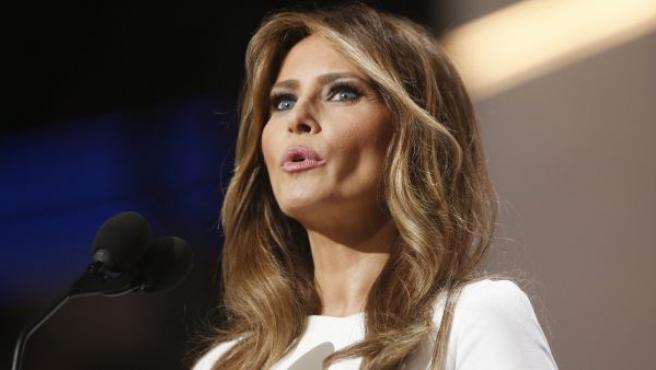 La esposa del precandidato presidencial republicano Donald Trump, Melania, habla en la apertura de la segunda sesión del primer día de la Convención Republicana. Melania ha sido 'cazada' por varios medios estadounidenses que dicen que su discurso puede ser un plagio de otro pronunciado por Michelle Obama en 2008.