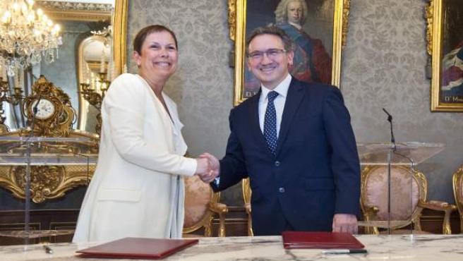 Uxue Barkos y Jaume Giró tras firmar el convenio