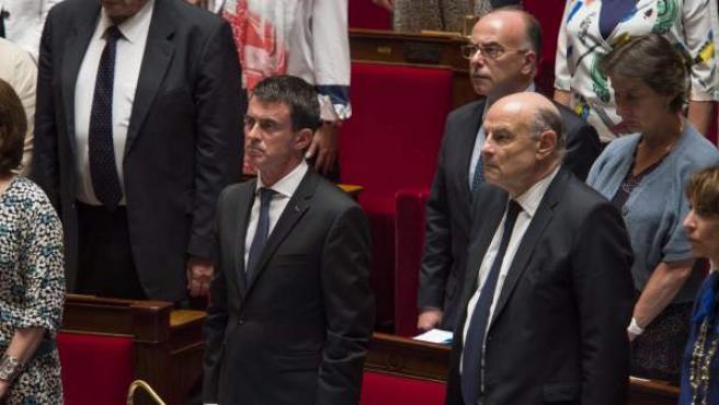 El primer ministro francés, Manuel Valls, en pie durante el minuto de silencio celebrado en la Asamblea Nacional en París, en memoria a las víctimas del atentado de Niza.