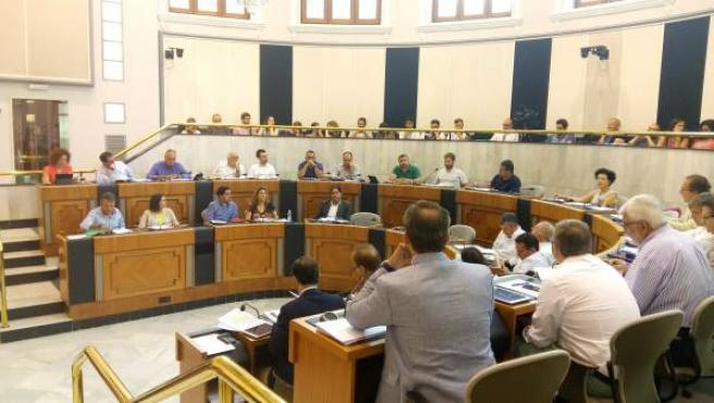 Bancada del PP, en primer término, y de la oposición enfrente en la Diputación