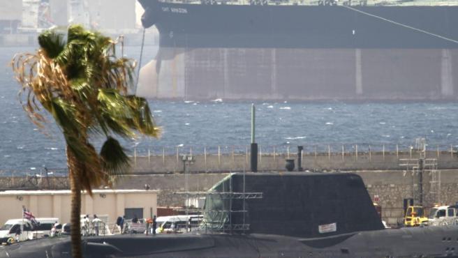 El submarino de la Royal Navy HMS Ambush de propulsión nuclear británico se encuentra desde este miércoles en el puerto de Gibraltar tras haber chocado contra un buque mercante en aguas españolas cercanas al Peñón.