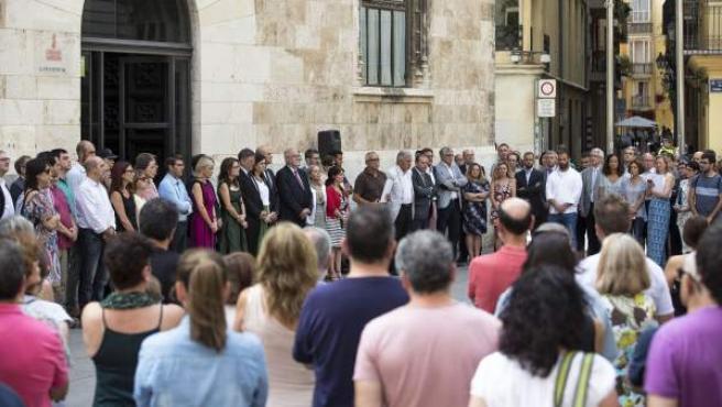 Minuto de silencio frente al Consell en memoria de la mujer muerta víctima de la violencia de género en Benicàssim.