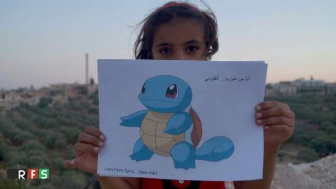 """""""Soy de Siria, sálvame"""", se lee en el dibujo que sujeta una niña siria. La campaña ha sido difundida por el medio RSF."""