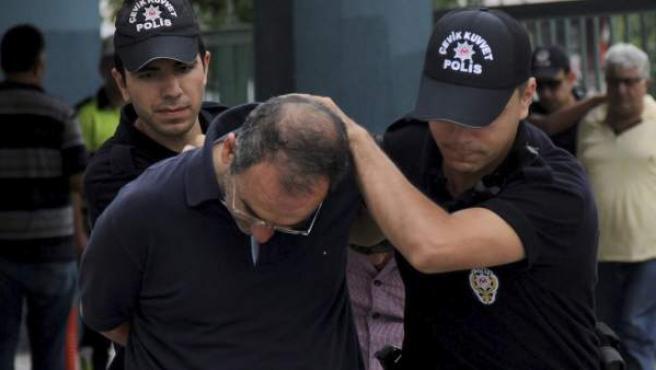 La Policía traslada a comisaría a uno de los soldados detenidos por su presunta implicación en el golpe de Estado fallido. También se ha detenido a jueces, periodistas y funcionarios. Miles han sido suspendidos.