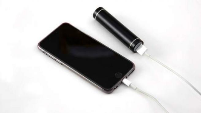 Un smartphone cargando la batería.