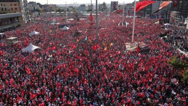 Decenas de miles de manifestantes, convocados por los partidos de la oposición turca, protestan en la plaza Taksim de Estambul.