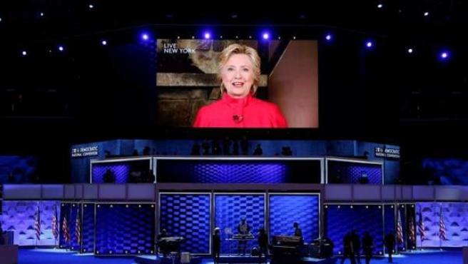 La imagen en pantalla de Hillary Clinton en el segundo día de la Convención Nacional Demócrata el martes 26 de julio de 2016, en Filadelfia, Pennsylvania.