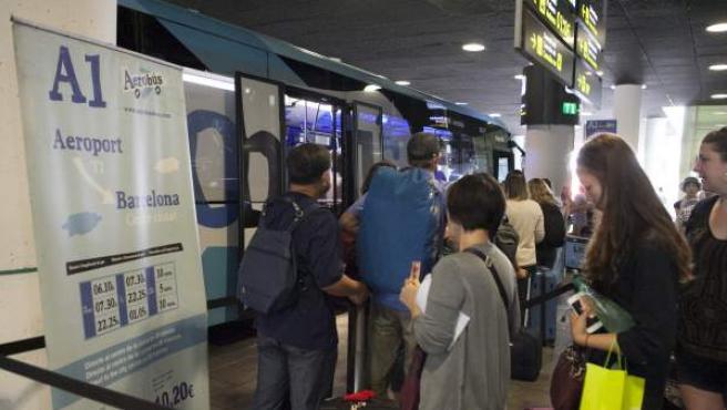 Viatgers fent cua per entrar a l'Aerobús.