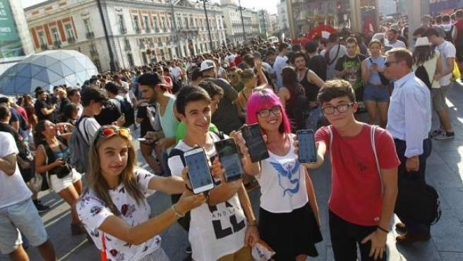 Varios de los asistentes a la quedada de Pokemon Go en la Puerta del Sol de Madrid.