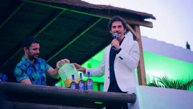 Paco León presenta un cóctel de Jordi Otero en una imagen reciente de la fiesta del 'Paraíso Brugal' en Tarifa.