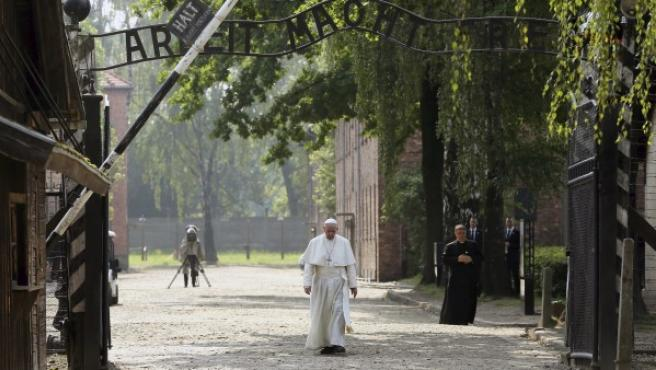 Francisco atraviesa, en solitario, la puerta del campo nazi de Auschwitz bajo el lema 'El trabajo os hace libres'.