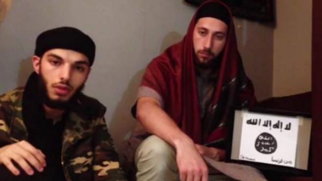 Imagen del video difundido por la agencia cercana a Estado Islámico en el que se muestra a los dos presuntos atacantes de la iglesia de Normandía.