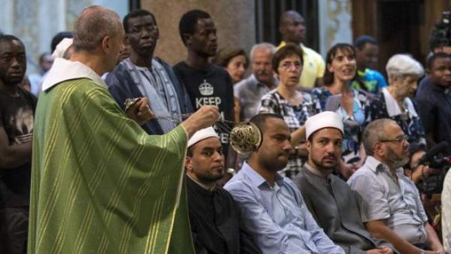 Musulmanes y católicos, asistiendo juntos a una misa en recuerdo del sacerdote degollado en el ataque yihadista de Normandía, en Francia.