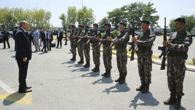 Fotografía facilitada por la Oficina de Prensa Presidencial turca que muestra al presidente turco, Recep Tayyip Erdogan (i), saludando a los militares durante su visita a la sede de las fuerzas especiales en Ankara, Turquía.