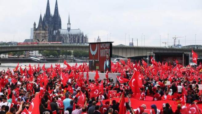 Miles de manifestantes turcos se han manifestado en la ciudad alemana de Colonia en apoyo al presidente de Turquía, Recep Tayyip Erdogan.
