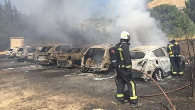 Vehículos calcinados en el incendio de Paracuellos del Jarama, cerca del aeropuerto.