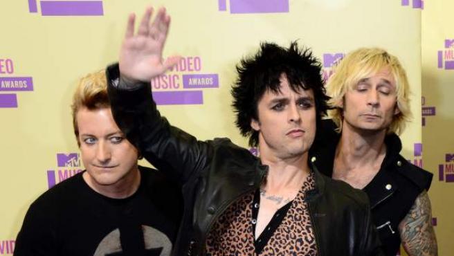 Billie Joe Armstrong (centro) junto al resto de los miembros de Green Day en los MTV Video Music Awards 2012.