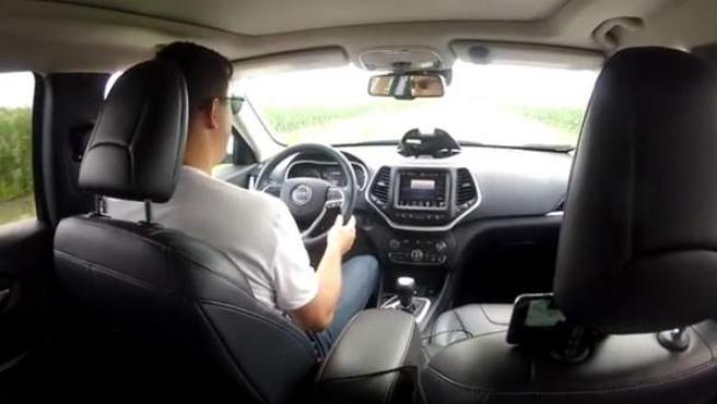 Con un ordenador y una conexión a internet, el hacker se hace con el control del coche desde el asiento trasero.