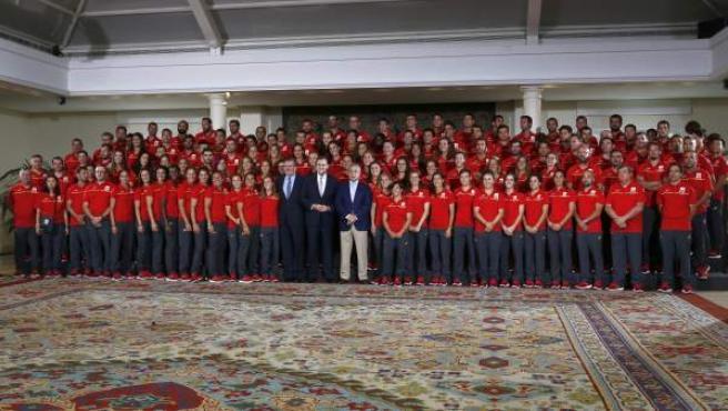 Gran parte de la delegación española que competirá en los Juegos de Río en la recepción en Moncloa.