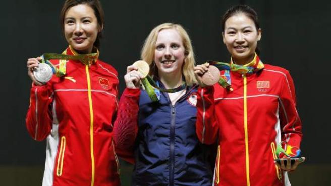 Virginia Thrasher, de Estados Unidos, posa con la medalla de oro tras imponerse a las chinas Li Du (izquierda) y Yi Siling (derecha) en la competición de tiro.