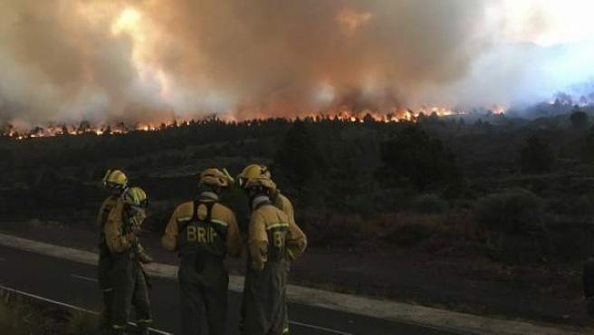 Fotografía facilitada por la Asociación de Trabajadores de las Brigadas de Refuerzo contra Incendios Forestales (BRIF) de las labores de extición del incendio forestal en la isla de La Palma.