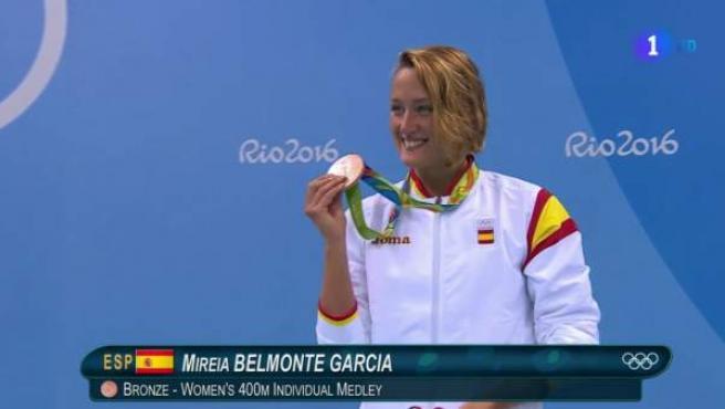 La nadadora española Mireia Belmonte luce su bronce en los 400 estilos.