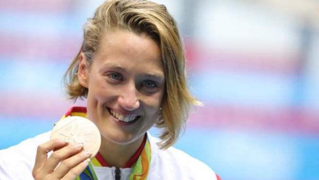 Mireia Belmonte posa con el bronce en los 400 estilos, la primera medalla para España en los Juegos de Río.