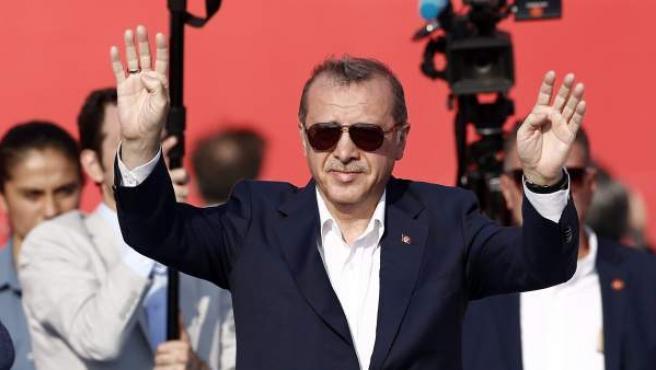 El presidente turco, Recep Tayyip Erdogan, ante miles de seguidores en Estambul.