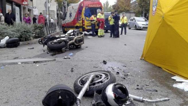 Fotografía facilitada por el Ayuntamiento de Madrid del accidente ocurrido en la calle General Ricardos de Madrid en el que un motorista de 57 años ha muerto al chocar contra un camión. En la imagen se aprecia cómo la moto quedó partida en dos por el impacto.
