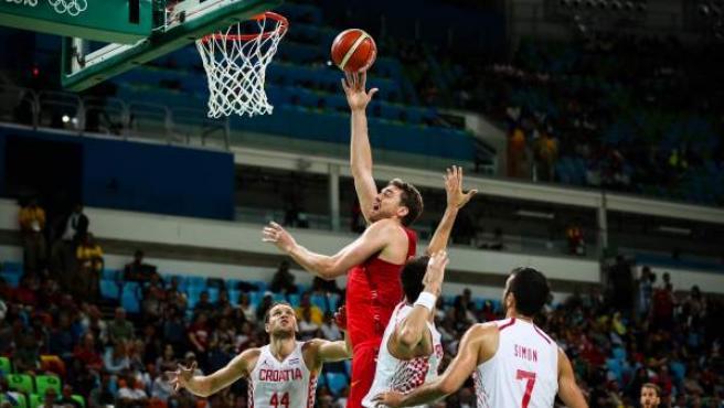 El jugador del equipo olímpico de España Paul Gasol (c) disputa el balón con jugadores de Croacia.