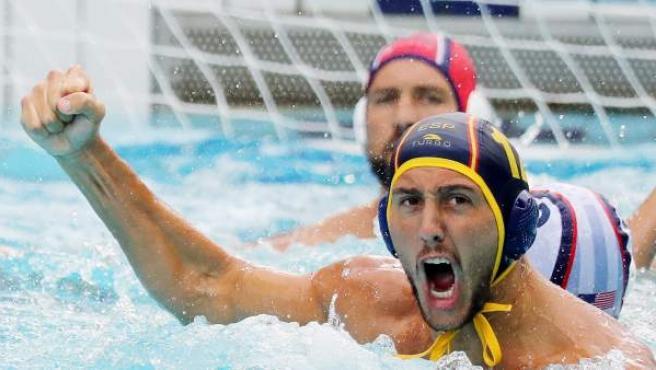 El jugador Daniel López Pinedo (delante) de España celebra luego de anotar un punto ante Estados Unidos.
