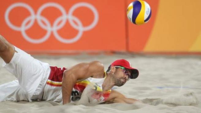 Adrián Gavira, compañero de Pablo Herrera, en voley playa.