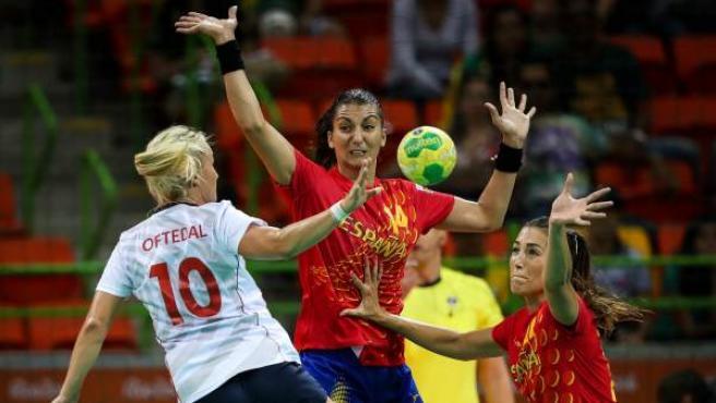 La jugadora del equipo olímpico de España de balonmano Elisabeth Chávez (c) y Lara González (d) disputan el balón con Stine Bredal Oftedal (i) de Noruega.