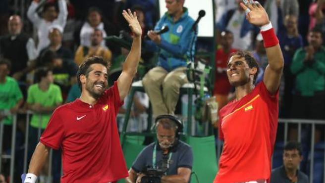 Rafa Nadal y Marc López celebran su clasificación para octavos en dobles de Río 2016.