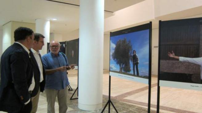 Xurxo Lobato visita la exposición 'Rostros do país' con Feijóo y Román Rodríguez