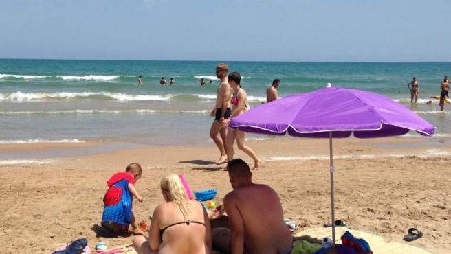 Imagen de una sombrilla en la Playa de Gandia